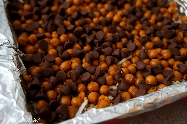 Chocolate chips sprinkled amongst a layer of caramel bits