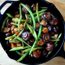 Chicken, mushrooms and green beans in a skillet.