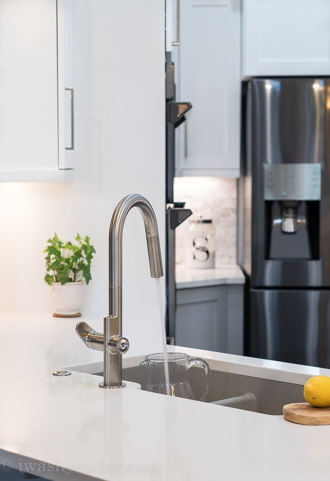Turn the faucet ON and OFF without touching the handle. Set the dial to the start position. Simply touch the faucet sensor on the dial to turn the faucet ON or OFF for a convenient and easy faucet operation.
