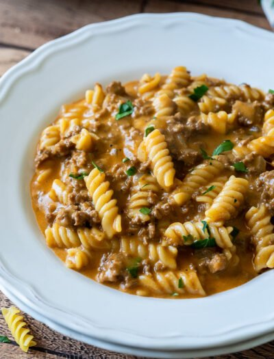 YUM!! This super easy Cheeseburger Pasta Skillet is just like hamburger helper, but homemade and SO MUCH BETTER!