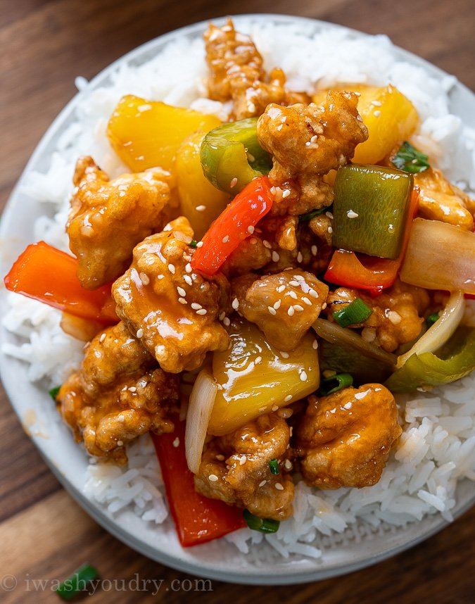 crispy chicken with sauce and sesame seeds on top